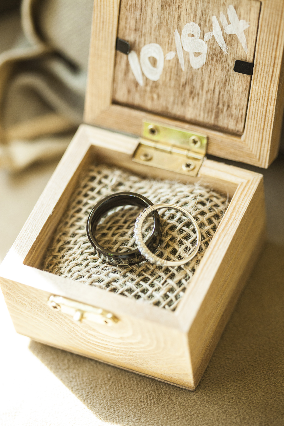 Wedding Rings in Burlap | Photo: © Sara Kauss Photography